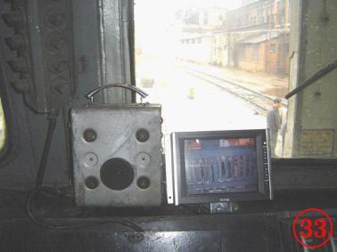安装在DF4机车驾驶室的显示屏(屏上显示电控柜的图像)。)