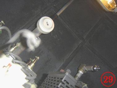 为安装在DF4机车电控柜上的紫外火焰探测器与七氟丙烷灭火系统的喷嘴
